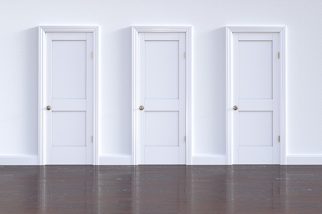 troje dveře
