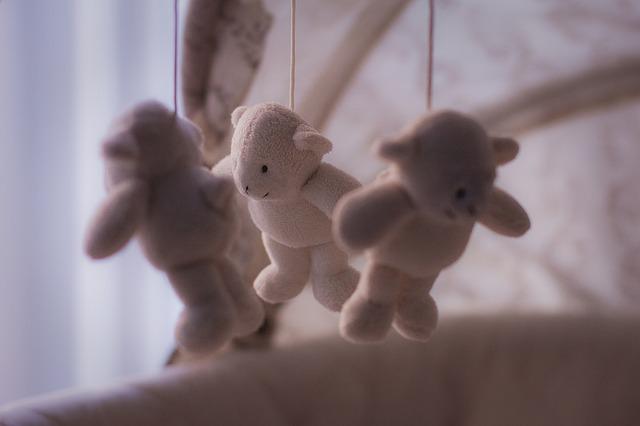 hračky nad postýlku