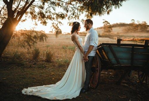 novomanželé venku